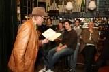 Dichter bij de bar